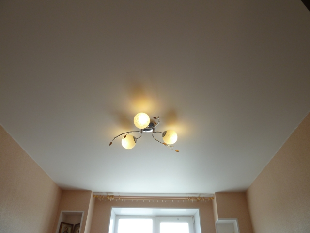 Натяжной потолок + 1 люстра