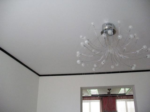 Натяжной потолок матовый 1 люстра
