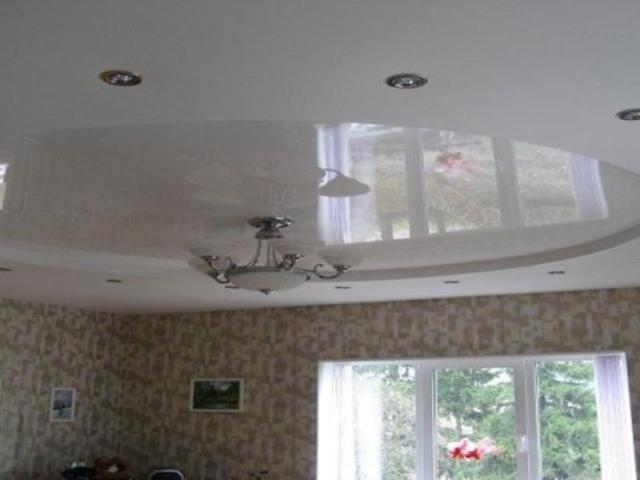 Двухуровневый потолок в зале , круг в центре