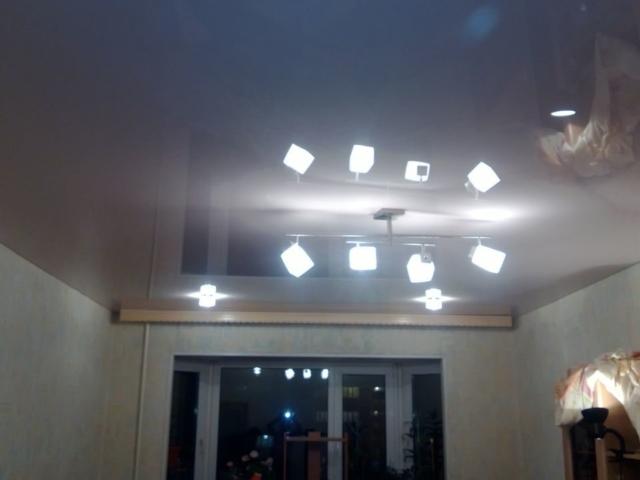 Натяжной потолок  1 люстра 4 светильника