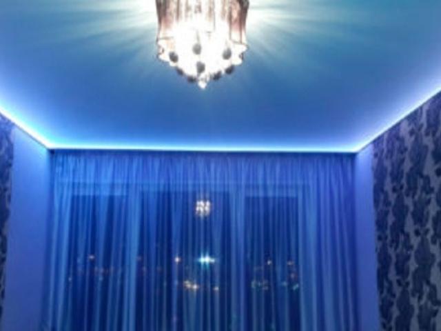 Простой матовый ,натяжной потолок с подсветкой по периметру, 1 люстра и скрытым карнизом - от 18000 рублей рублей за 18 кв.м. Точную стоимость потолка можно узнать после замера