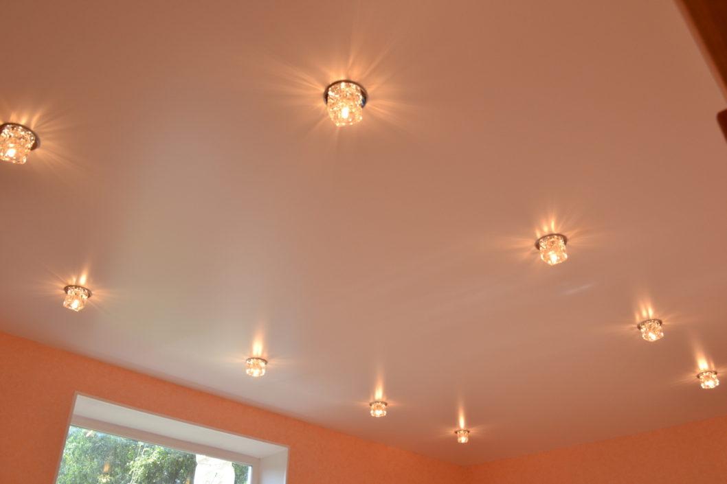 Простой натяжной потолок со светильниками