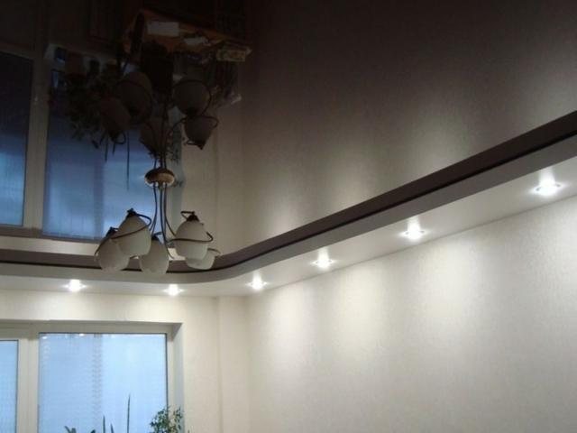 Натжной потолок 2 уровня со светильниками по периметру