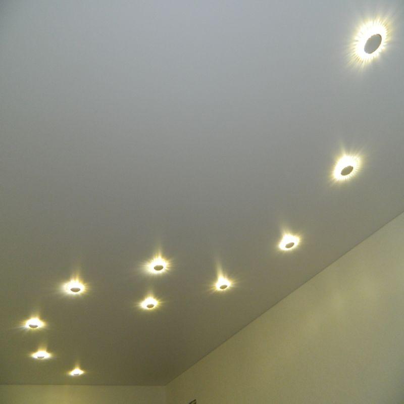 матовый натяжной потолок-светильники дугой
