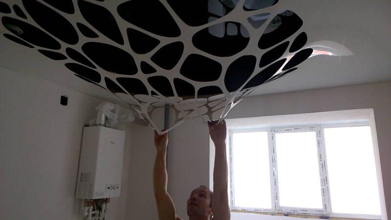 парень оттянул потолок